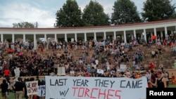 صد ها نفر در منطقۀ شارتلزویل ایالت ورجینیا نیز روز یکشنبه دست به مظاهره زدند
