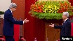 ເລຂາທິການໃຫຍ່ ພັກຄອມມິວນິສຫວຽດນາມ ທ່ານ Nguyen Phu Trong (ຂວາ) ຕ້ອນຮັບ ລັດຖະມົນຕີຕ່າງປະເທດສະຫະລັດ John Kerry ທີ່ຮາໂນ່ຍ, ວັນທີ 16 ທັນວາ 2013.
