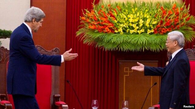 Ngoại trưởng John Kerry gặp Tổng bí thư Nguyễn Phú Trọng cuối năm 2013.
