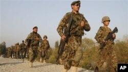 ທະຫານກອງທັບແຫ່ງຊາດອັຟການິສຖານ ຟ້າວໄປສົມທົບກຳລັງ ຢູ່ບ່ອນເກີດການສູ້ລົບໃກ້ໆຄ້າຍທະຫານ ແຫ່ງນຶ່ງທີ່ເມືອງ Jalalabad ໃນພາກຕາເວັນອອກອັຟການິສຖານ (13 ພະຈິກ 2010)