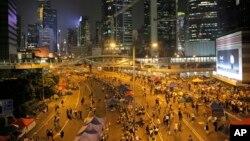 7일 홍콩 비지니스 중심가를 시위대가 점거하고 있다. 시위대로 꽉 찼던 거리가 정부와의 대화에 합의한 후 한적해진 모습니다.