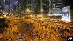 En el centro de negocios de Hong Kong disminuye notoriamente el número de manifestantes luego que el gobierno accedió a iniciar el diálogo con los estudiantes.