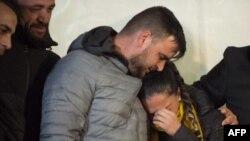 Los padres de Julen Rosello, de dos años, se abrazaron en Totalan, en el sur de España.