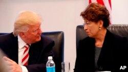 El presidente Ronald Reagan nombró a Lauro Cavazos secretario de Educación en 1988, convirtiéndose en el primer latino en formar parte de un gabinete presidencial.