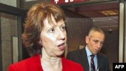 Trưởng ban chính sách đối ngoại EU Catherine Ashton nói chuyện với các nhà báo trước cuộc họp ở Brussels hôm 1/12/11