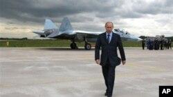 莫斯科航空展上首次高調展出下一代隱形戰機蘇霍伊T-50﹐圖為早前俄羅斯總理普京在戰機前步過。