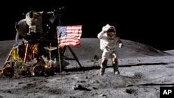 资料照片:美国宇航员约翰·扬(John Young)1972年4月在月球表面向美国国旗敬礼。