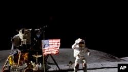 Dalam foto yang dirilis April 1972 oleh NASA, astronot John Young memberi hormat kepada bendera AS di tempat pendaratan Descarte di Bulan saat melakukan aktivitas pertama Apollo 16.