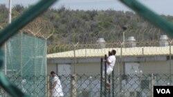 Para tahanan di Teluk Guantanamo sedang melakukan olahraga.