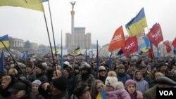 ພວກນັກເຄື່ອນໄຫວ ຕໍ່ຕ້ານລັດຖະບານ ຫລາຍສິບພັນຄົນ ເຕົ້າໂຮມຊຸມນຸມປະທ້ວງ ຢູ່ໃນເມືອງຫລວງ Kyiv