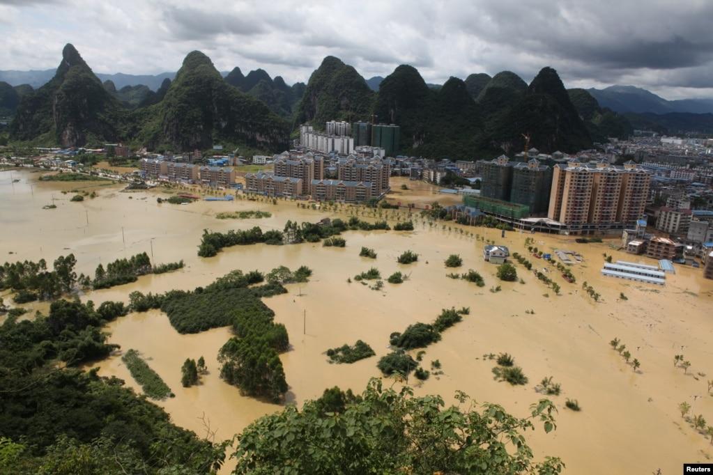 广西柳州大水漫地(2017年7月2日)。 据中国民政部网站消息,7月1日以来,广东广西部分地区遭受洪涝灾害。截至7月5日9时统计,两广21市80个县(市、区)173.8万人受灾,20人死亡,14人失踪,17.6万人紧急转移安置。