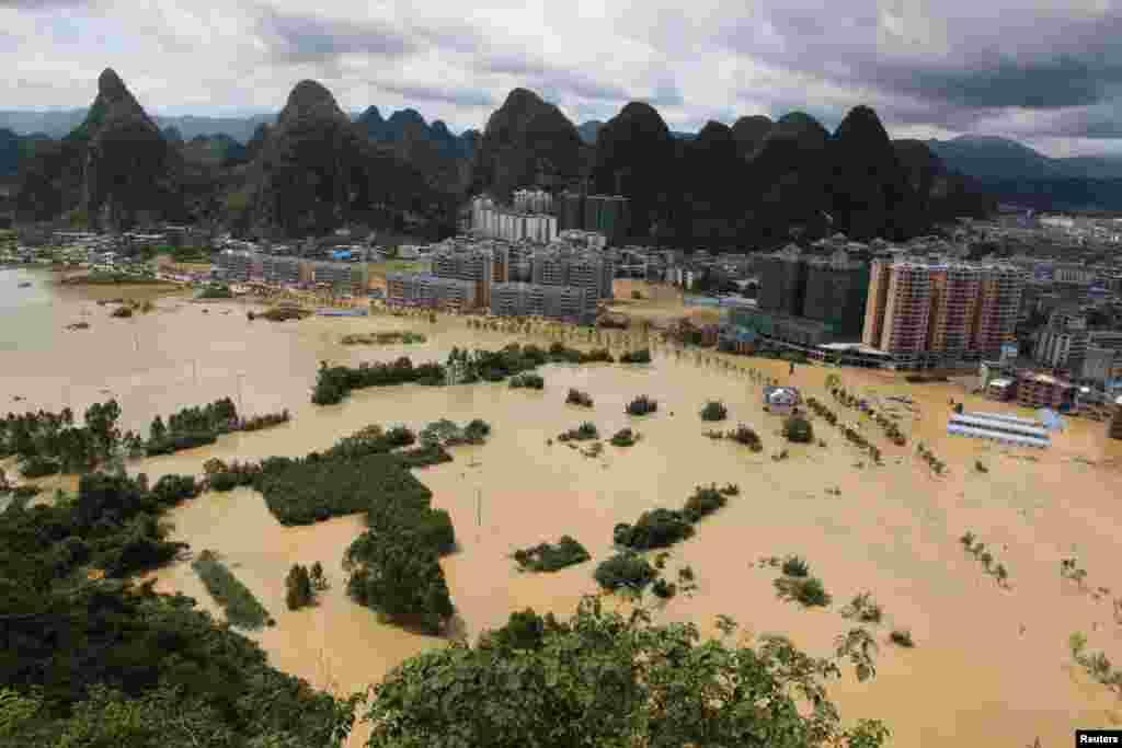 广西柳州大水漫地(2017年7月2日)。 据中国民政部网站消息,7月1日以来,广东广西部分地区遭受洪涝灾害。截至7月5日9时统计,两广21市80个县(市、区)173.8万人受灾,20人死亡,14人失踪,17.6万人紧急转移安置。中国财政部、民政部向广西壮族自治区安排了8000万元中央财政自然灾害生活补助资金。