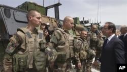Fransa prezidenti Fransua Holland Kapisa vilayətində fransız əsgərlərlə görüşür, 25 may 2012