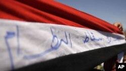 خۆپیشاندهرانی دژه حکومهت له سهنعهی پایتهختی یهمهن ئاڵای ولاتهکه بهرز دهکهنهوه، 14ی دووی 2011