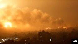 加沙城一个地区遭遇以色列空袭后烟尘滚滚