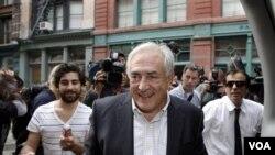Strauss Kahn volvió a Francia después de que los cargos de asalto sexual en su contra fueron retirados en Estados Unidos.