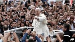 Папа Римский на площади матери Терезы в Тиране