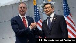 패트릭 섀너핸 미국 국방장관 대행과 정경두 한국 국방장관이 3일 서울 국방부에서 열린 회담에서 손을 맞잡았다.