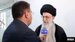 آیتالله علی خامنهای هنگام ترخیص از بیمارستانی در تهران، پس از عمل جراحی پروستات – ۲۴ شهریور ۱۳۹۳