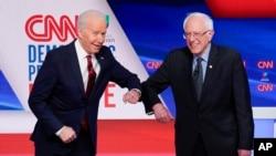 Makamu wa Rais wa zamani wa Marekani Joe Biden (kushoto) na Seneta wa jimbo la Vermont Bernie Sanders wakati wa mdahalo uliofanyika mjini Washington DC tarehe 15 Machi, 2020.