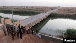 库尔德自由战士的武装人员在伊拉克基尔库克西南与什叶派武装大众动员军对峙。(2017年10月13日)