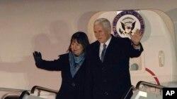 Wakil Presiden AS Mike Pence dan istrinya, Karen, melambaikan tangan saat tiba di Pangkalan Udara Yokota, di pinggiran Tokyo, 6 Februari 2018.