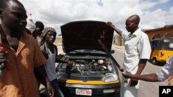 La milice qui lutte contre le groupe djihadiste Boko Haram appelée Civilian Joint Task Force dans l'Etats de Maiduguri, Nigeria, 7 août 2013.
