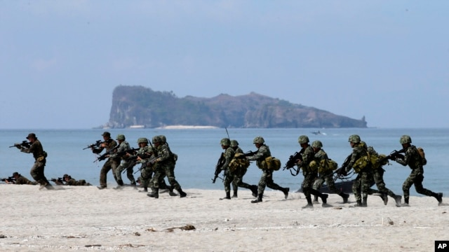 US and Philippine marines storm the beach as they simulate an amphibious landing during the joint US-Philippines military exercise dubbed Balikatan 2014, at the Naval Training Exercise Command, a former U.S. naval base, at San Antonio township, Zambales province, northwest of Manila, Philippines, May 9, 2014.