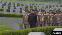 김정은 북한 노동당 위원장이 정전협정 체결 64주년을 맞아 평양 '조국해방전쟁 참전열사묘'를 참배했다고 노동신문이 28일 밝혔다.