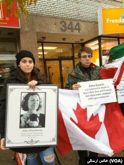 تجمع کنندگان برای تحریم سپاه در کانادا عکس از زهرا کاظمی عکاسی که در ایران کشته شد، داشتند.