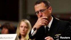 Đô đốc Hải quân Mỹ John Richardson điều trần trước Ủy ban Quân lực Thượng viện hồi tháng 9/2017 về các vụ va chạm tàu hải quân.