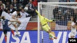 Abby Wambach, imparable una vez más en el juego aéreo, marca el segundo gol en la semifinal ante Francia.