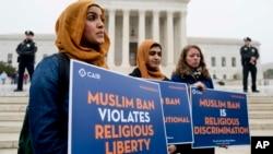 Zainab Chaudry, dari kiri, Zainab Arain dan Megan Fair dari Dewan Hubungan Islam-Amerika (CAIR) berunjuk rasa di luar gedung Mahkamah Agung yang sedang menyidangkan kebijakan larangan kunjungan warga dari beberapa negara muslim ke Amerika, Washington, 25 April 2019. (Foto:AP)