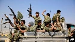 也门巡逻卡车上的什叶派战士。