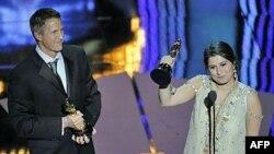 Đạo diễn Daniel Junge (trái) và Sharmeen Obaid-Chinoy nhận giải Oscar cho phim tài liệu ngắn hay nhất 'Saving Face' tại buổi Lễ Trao Giải Oscar lần thứ 84 ở Hollywood hôm 26/2/2012.
