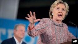 Capres partai Demokrat Hillary Clinton, didampingi mantan Wapres AS Al Gore (kiri) berbicara dalam acara kampanye di Miami, Florida (11/10).