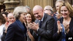 영국이 테레사 메이 신임 총리가 지난 11일 차기 총리로 확정된 후 보수당 의원들의 축하를 받고 있다.