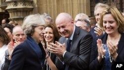 2016年7月11日,英国内务大臣特里萨·梅在英国国会外面受到保守党国会议员们的欢迎。