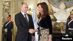 Presiden Argentina Cristina Fernandez de Kirchner bertemu mitranya dari Rusia, Vladimir Putin, di istana presiden di Buenos Aires (12/7). (Reuters/Alexei Nikolskyi)