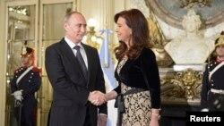 Cristina Fernández saluda al presidente ruso Vladimir Putin en la Casa Rosada en Argentina.