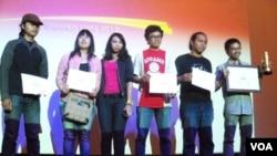 """Andy Hutagalung (paling kanan), meraih penghargaan utama Festival FIlm Dokumenter Internasional 2012 dengan karyanya """"Permata di Tengah Danau""""."""