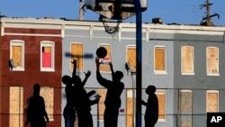 Anak-anak bermain di sebuah taman di dekat kawasan permukiman miskin di Baltimore, Maryland, AS (foto: dok).