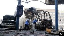 សមាជិកនៃអង្គការសន្តិសុខនិងសហប្រតិបត្តិការក្នុងអ៊ឺរ៉ុប (OSCE) ពិនិត្យកន្លែងកើតហេតុ បន្ទាប់ពីស្ថានីយឡានក្រុងត្រូវបាញ់ចំ ខណៈពេលមានការបាញ់គ្រាប់ផ្លោងរវាងក្រុមទាមទារបំបែករដ្ឋដែលគាំទ្រដោយរុស៊្សី និងកងកម្លាំងរដ្ឋាភិបាលអ៊ុយក្រែននៅក្នុងទីក្រុង Donetsk កាលពីថ្ងៃទី១១ ខែកុម្ភៈ ឆ្នាំ២០១៥។