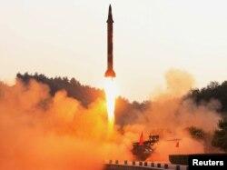 북한이 정밀 조종유도체계를 도입한 신형 탄도미사일 시험발사에 성공했다고, 관영 조선중앙통신이 지난 30일 보도했다. 이동식 발사대에서 발사된 미사일이 붉은 화염을 뿜으며 솟아오르고 있다.