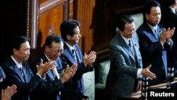 아베 신조 일본 총리(왼쪽 3번째)와 내각이 지난 달 26일 중의원에서 '특별비밀보호법안'이 통과된 후 인사하고 있다. (자료사진)