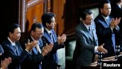아베 신조 일본 총리(왼쪽 3번째)와 내각이 26일 중의원에서 '특별비밀보호법안'이 통과된 후 인사하고 있다.
