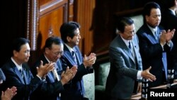 PM Jepang Shinzo Abe (tiga dari kiri) dan anggota kabinetnya dalam sidang parlemen di Tokyo, 26 November 2013 (Foto:dok).