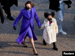U.S. Vice President Kamala Harris walks with her great-niece Amara Ajagu to the White House during the Inauguration Day parade for U.S. President Joe Biden, in Washington, U.S., January 20, 2021. (REUTERS/Andrew Kelly)