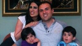 سعید عابدینی در یک عکس دستجمعی با همسر و فرزندانش