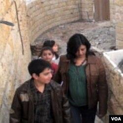 Shahinda El Kiliani sa djecom u obilasku kuće koju sa mužem gradi u predgradju Ammana